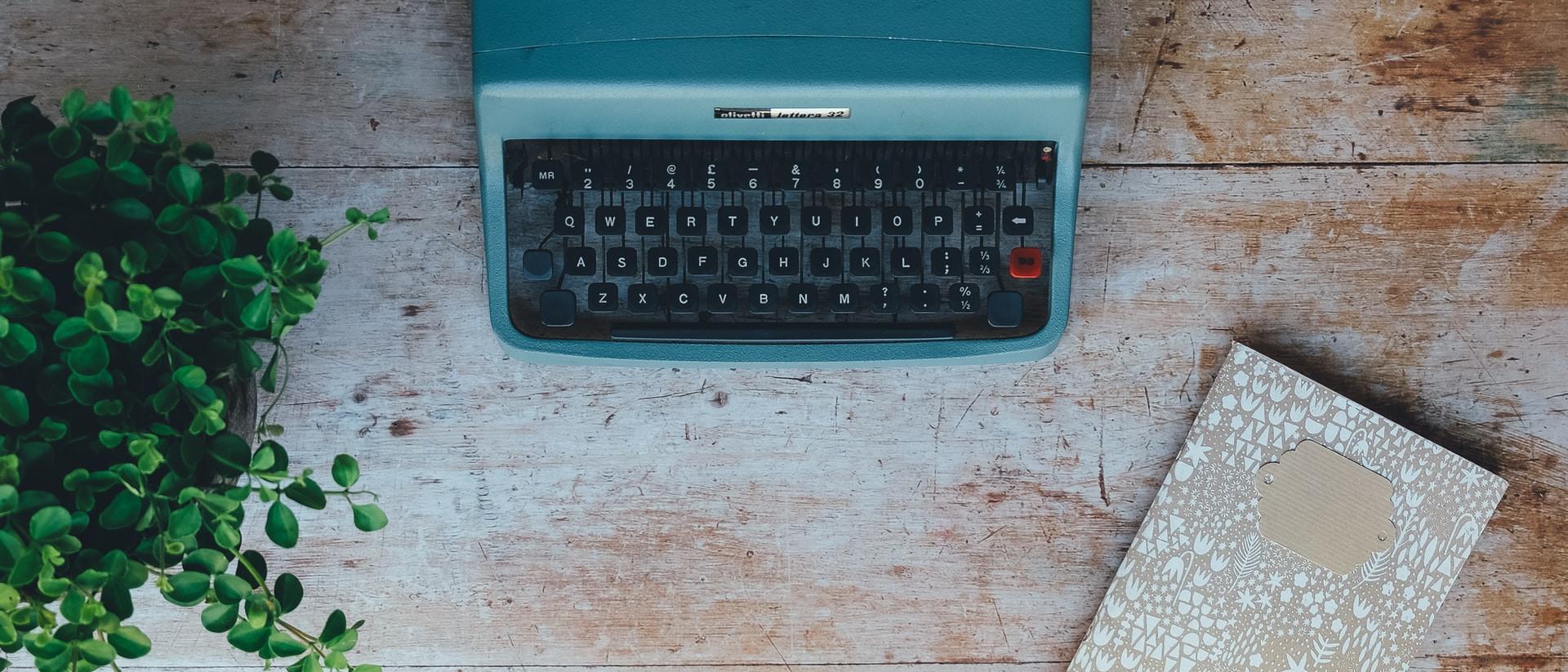 Schreibmaschine, Kaffee, Smartphone